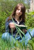 Flickan med bokar royaltyfri fotografi