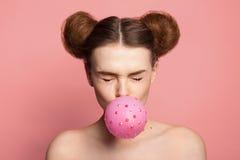 Flickan med bubbelgum mousserar in Fotografering för Bildbyråer