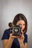 Flickan med den gamla kameran Fotografering för Bildbyråer