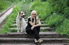 Flickan med den stora hunden Royaltyfria Foton