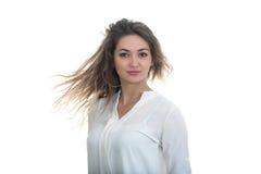 Flickan med det framkallande håret på en vit bakgrund Royaltyfria Bilder