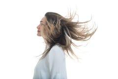 Flickan med det framkallande håret på en vit bakgrund Arkivfoton