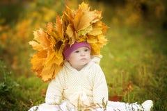 Flickan med Down Syndrome bar en krans av vårsidor royaltyfri bild