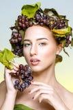 Flickan med druvor Royaltyfria Bilder