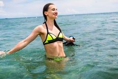 Flickan med dykning rullar med ögonen i havet som har sommarsemester Arkivfoto