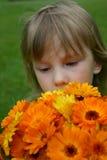 Flickan med en bukett Royaltyfri Bild