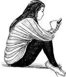 Flickan med en cell ringer Arkivbild