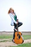 Flickan med en gitarr Royaltyfria Bilder