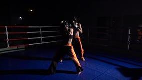 Flickan med en grabb förbereder sig för en kickboxing konkurrens långsam rörelse lager videofilmer