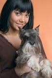 Flickan med en hund Royaltyfri Foto