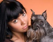 Flickan med en hund Royaltyfri Fotografi