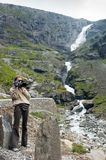 Flickan med en kamera på vägen fiska med drag i botten upp sikt arkivbild