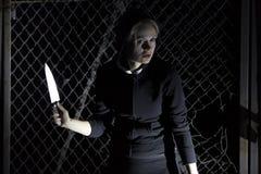 Flickan med en kniv Royaltyfria Foton