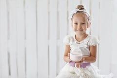 Flickan med en kopp av mjölkar produkten Arkivbilder
