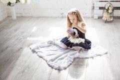 Flickan med en kopp av mjölkar produkten Arkivfoto
