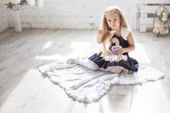 Flickan med en kopp av mjölkar produkten Royaltyfria Foton