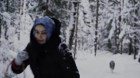 Flickan med en korg i vinterskogen kör i väg från skrovlig skrovlig flicka förföljer arkivfilmer