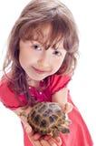 Flickan med en sköldpadda Royaltyfria Bilder