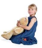 Flickan med en stor nallebjörn Arkivfoton