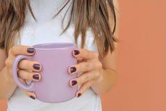Flickan med en violet rånar kaffe Royaltyfri Bild