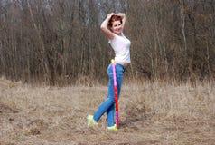 Flickan med ett beslag utomhus Royaltyfri Fotografi