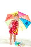Flickan med ett paraply är på vit en bakgrund Royaltyfri Fotografi
