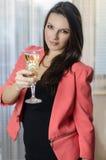 Flickan med exponeringsglas av wineTheflickan med exponeringsglas av vin Royaltyfri Foto