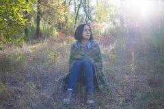 Flickan med filten Royaltyfria Foton