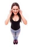 Flickan med fingret på huvudet av smärtar från över Royaltyfri Fotografi