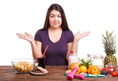 Flickan med frukt på tabellen på en vit isolerade bakgrund royaltyfri foto
