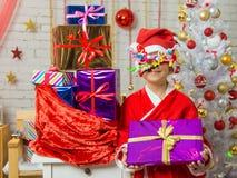 Flickan med fyrverkerier som rullar in från ögonen, jublar skänkte gåvor Arkivfoto