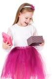 Flickan med gåvan boxas Royaltyfri Fotografi