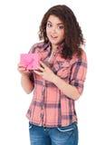 Flickan med gåvan boxas Royaltyfri Foto