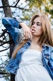 Flickan med grubbelblick fotografering för bildbyråer