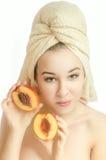 Flickan med handduken på hennes huvud och en persika Arkivbilder