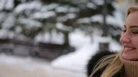 Flickan med hjärta från händer, går på i vinter parkerar stock video