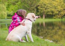 Flickan med hunden parkerar in Arkivbilder