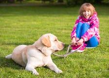 Flickan med hunden parkerar in Royaltyfria Bilder