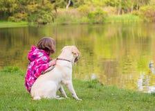 Flickan med hunden parkerar in Arkivfoton