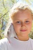 Flickan med husdjuret tjaller Royaltyfria Bilder