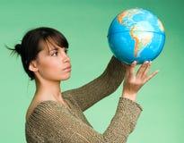 Flickan med jordklotet Royaltyfri Fotografi