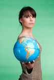 Flickan med jordklotet Royaltyfri Bild