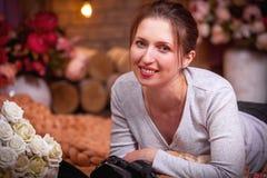 Flickan med kameran och le royaltyfri fotografi