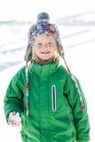 Flickan med kastar snöboll i hand Arkivfoto