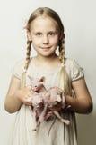 Flickan med kattungar, gulligt barn och behandla som ett barn djur Arkivfoto