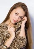 Flickan med långt hår royaltyfria foton