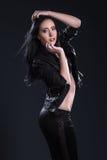 Flickan med långt hår på svart bakgrund royaltyfria bilder