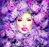Flickan med lilan blommar frisyren royaltyfri fotografi