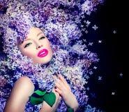 Flickan med lilan blommar frisyren arkivbilder