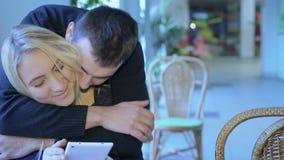 Flickan med minnestavlan, grabben kysser henne stock video